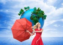 De elegante paraplu van de blondeholding Royalty-vrije Stock Foto