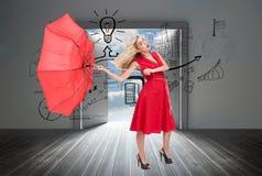 De elegante paraplu van de blondeholding Stock Afbeelding