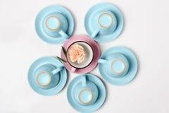 De elegante porselein blauwe en roze koppen draaiden bovenkant - neer op abstracte achtergrond Royalty-vrije Stock Afbeelding