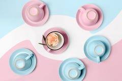 De elegante porselein blauwe en roze koppen draaiden bovenkant - neer op abstracte achtergrond Stock Afbeeldingen