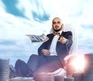 De elegante rijke man werpt weg geld royalty-vrije stock afbeeldingen