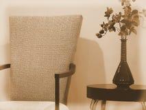 De elegante Stoel van de Eetkamer met ZijLijst en Vaas van Bloemen Royalty-vrije Stock Fotografie