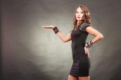 De elegante vrouw die armbanden dragen houdt open hand Stock Afbeeldingen