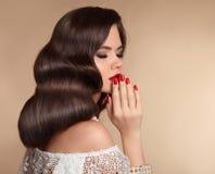 De elegante vrouw met rode lippenmake-up, manicured spijkers en retro wa stock foto's