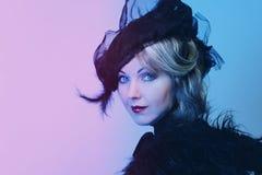 De elegante vrouw op middelbare leeftijd in een zwarte hoed met een sluier en een luxe kleden zich royalty-vrije stock afbeelding