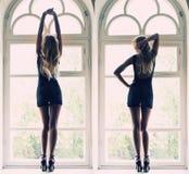 De elegante vrouw stelt volledige lengte op venstervensterbank Royalty-vrije Stock Foto
