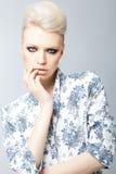 De elegante vrouw van de blonde met rokerige ogen Royalty-vrije Stock Foto