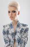 De elegante vrouw van de blonde met rokerige ogen Royalty-vrije Stock Foto's