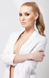 De elegante vrouw van de blonde met rokerige ogen Royalty-vrije Stock Afbeeldingen