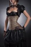 De elegante vrouw in Victoriaanse stijlkleren en nam korset toe Stock Foto