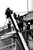 De elektricien die van het silhouet aan elektriciteitspost werken Royalty-vrije Stock Foto's