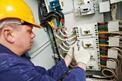 De elektricien haalt de schroeven met moersleutel aan Royalty-vrije Stock Foto's