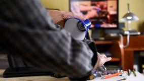 De elektricien installeert de nieuwe energy-saving LEIDENE bol stock footage