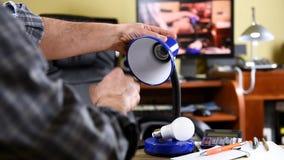 De elektricien installeert de nieuwe energy-saving LEIDENE bol stock video