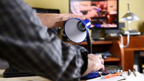 De elektricien installeert de nieuwe energy-saving LEIDENE bol stock videobeelden