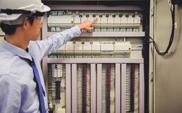 De elektricieningenieur test het Configuratiescherm van de elektrische installatieselektrische centrale stock foto's