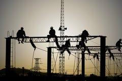 De elektriciens herstellen contactdraad bij zonsondergang Royalty-vrije Stock Afbeeldingen
