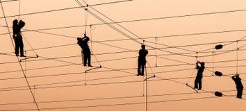 De elektriciens herstellen contactdraad bij zonsondergang