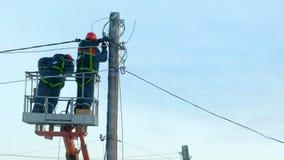 De elektriciens herstellen machtslijnen stock footage