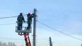De elektriciens herstellen machtslijnen stock video