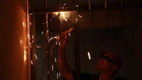 De Elektriciteit van het ijzerlassen stock footage