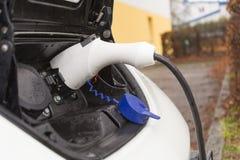 De elektrische auto tankt stroom bij Royalty-vrije Stock Afbeelding