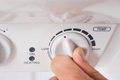 De Elektrische Boiler van Person Turning The Knob Of royalty-vrije stock afbeelding