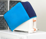 Elektrische broodbroodrooster met dekkingsdoek royalty-vrije stock afbeeldingen
