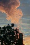 De elektrische centrale die van Boekarest bij volmacht over een zonsopgang werken Stock Afbeeldingen