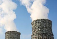 De elektrische centrale van de schoorsteen tegen Royalty-vrije Stock Foto's