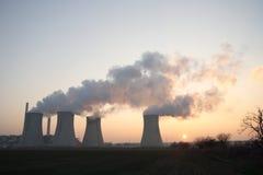 De elektrische centrale van de steenkool bij zonsondergang Royalty-vrije Stock Foto's