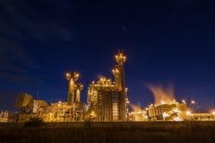 Is de elektrische elektrische centrale van de gasturbine met zonsondergang steun al fabriek in de industriële stad van landgoedch Royalty-vrije Stock Afbeeldingen