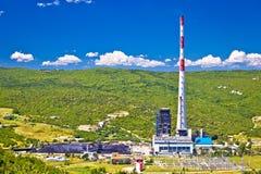De elektrische centrale van de steenkool fossiele brandstof in groene Plomin-vallei en hoogste Kroatische schoorsteenmening royalty-vrije stock foto