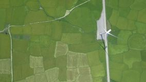 De elektrische centrale van de windturbine op groen landbouwgebieds luchtlandschap van vliegende hommel Windenergiegeneratie voor stock footage