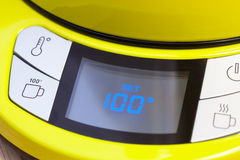 De elektrische die temperatuur van de theeketel aan 100 C wordt geplaatst Stock Foto's