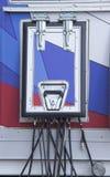 De elektrische draden worden gelegd door het technologische broedsel stock foto