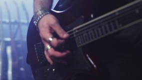 De elektrische hand van de gitaarspeler Rotsgitaar het stemmen Mens die Elektrische Gitaar speelt stock footage