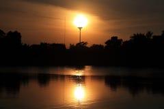 De elektrische kolom en de zon kijken als schijnwerper Stock Foto
