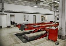 De elektrische lift voor auto's in het de dienstcentrum Stock Afbeelding