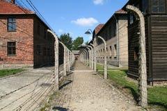 De elektrische omheining van Auschwitz stock afbeeldingen