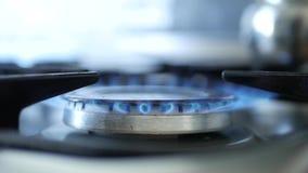 De elektrische Openingsbrand van het Ontstekingssysteem op een Calor-Gas stock videobeelden