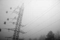 De elektrische post, abstracte mening van de hoogspanningsmacht in ochtendnevel Stock Afbeeldingen