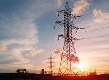 De elektrische toren van de silhouethoogspanning op zonsondergangtijd en hemel op de achtergrond van de zonsondergangtijd Royalty-vrije Stock Foto's