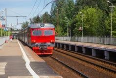 De elektrische trein komt bij het platform Vodniki in Moskou aan Royalty-vrije Stock Foto