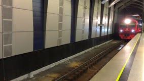 De elektrische trein komt bij metropost aan stock footage