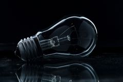 de elektrische zwarte achtergrond van het lampglas royalty-vrije stock foto's