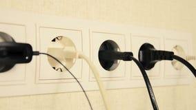 De elektroafzet met kabels connekted De beweging van de videocamera stock video