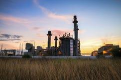 De elektroelektrische centrale van de gasturbine bij schemer in industrieel landgoed met blauw uur Stock Foto