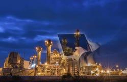 De elektroelektrische centrale van de gasturbine bij schemer met blauw uur royalty-vrije stock foto