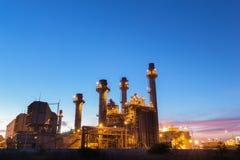 De elektroelektrische centrale van de gasturbine bij schemer met schemering royalty-vrije stock foto